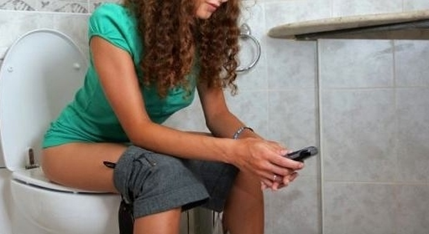 in bagno - Al bagno con il cellulare