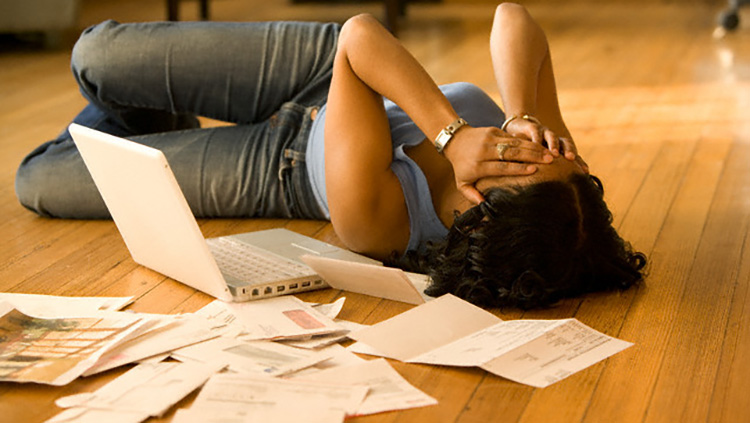 overwhelmed woman paying her bills - Patente
